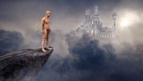 Castillo de la ciencia ficción de la fantasía, acantilado, nubes imagenes de archivo