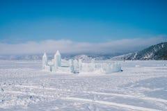 Castillo de la escultura de hielo debajo de un cielo azul grande imagenes de archivo