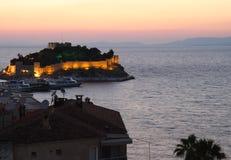 Castillo de la isla de la paloma durante puesta del sol en Kusadasi, Turquía Fotos de archivo libres de regalías
