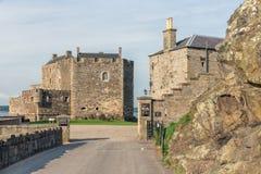 Castillo de la negrura en el brazo de mar de la costa adelante adentro de Sotland Fotografía de archivo