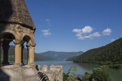 Castillo de la reserva de agua y de Ananuri de Jinvali Imagen de archivo libre de regalías