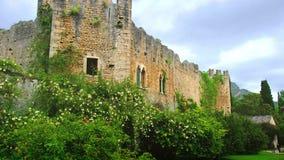 Castillo de las ruinas y del jard?n del ninfa en la provincia de Lazio - de Latina - se?al de Italia almacen de metraje de vídeo
