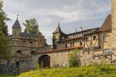 Castillo de Lichtenstein con el edificio auxiliar, la pared y una torre Imagenes de archivo