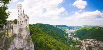 Castillo de Lichtenstein que pasa por alto un valle imagen de archivo