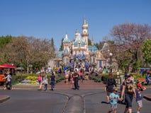 Castillo de los blancos de la nieve en el parque de Disneyland Fotografía de archivo libre de regalías