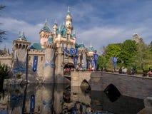 Castillo de los blancos de la nieve en el parque de Disneyland Fotografía de archivo