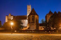 Castillo de Malbork por noche Imágenes de archivo libres de regalías