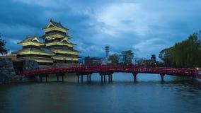 Castillo de Matsumoto en el lapso de la noche en Matsumoto, prefectura de Nagano, Japón almacen de video
