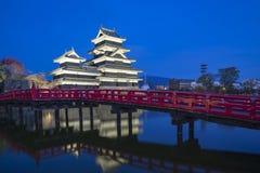 Castillo de Matsumoto en la noche en Matsumoto en Nagano, Japón Fotografía de archivo