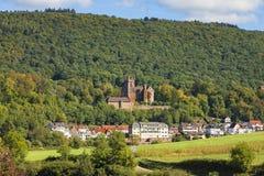 Castillo de Mittelburg sobre la ciudad de Neckarsteinach fotografía de archivo