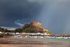 Castillo de Mont Orgueil después de la lluvia Foto de archivo