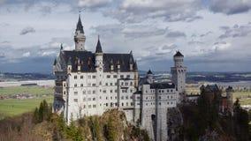 Castillo de Neuschwanstein con panorama del valle de la montaña fotos de archivo libres de regalías