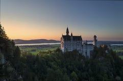 Castillo de Neuschwanstein en la puesta del sol Fotos de archivo libres de regalías