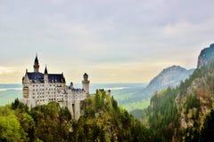 Castillo de Neuschwanstein en las montañas Fotos de archivo libres de regalías