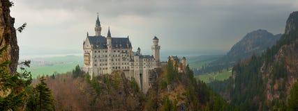 Castillo de Neuschwanstein en las montañas bávaras Fotos de archivo libres de regalías