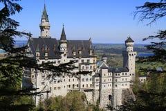 Castillo de Neuschwanstein en las montan@as bávaras Foto de archivo libre de regalías