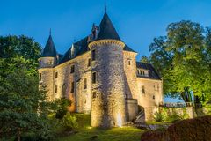 Castillo de Nieul en la noche fotos de archivo