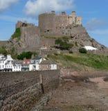 Castillo de Orgueil del montaje sobre el puerto de Gorey Foto de archivo