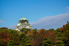 Castillo de Osaka con el fondo del cielo azul en Osaka, Japón Imagen de archivo