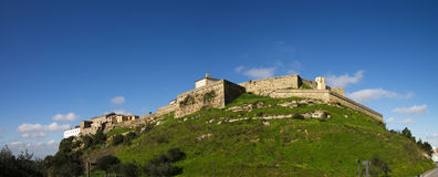 Castillo de Palmela visto de debajo, debajo del cielo azul portugal Fotografía de archivo libre de regalías