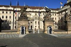 Castillo de Praga (Checo: El hrad del ½ del skà del ¾ de PraÅ) es un complejo del castillo en Praga, República Checa Imágenes de archivo libres de regalías