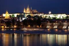 Castillo de Praga con el río en la noche Fotografía de archivo