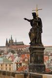 Castillo de Praga del puente de Charles Imagenes de archivo