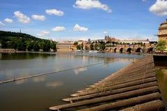 Castillo de Praga del río Imagenes de archivo