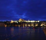 Castillo de Praga en el panorama de la noche Imagen de archivo libre de regalías