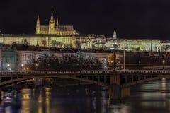 Castillo de Praga en la noche Foto de archivo libre de regalías