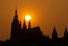 Castillo de Praga en la puesta del sol fotografía de archivo