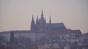 Castillo de Praga en la puesta del sol en oto?o almacen de video