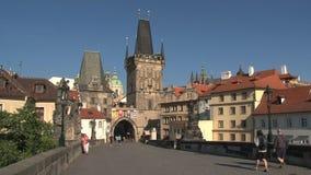 Castillo de Praga para tender un puente sobre el enfoque-hacia fuera de la torre, Praga almacen de metraje de vídeo