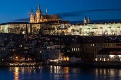 Castillo de Praga sobre el río de Vltava Foto de archivo