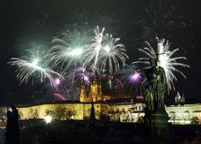 Castillo de Praga y fuegos artificiales Imágenes de archivo libres de regalías