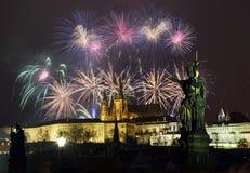 Castillo de Praga y fuegos artificiales Foto de archivo libre de regalías