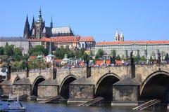 Castillo de Praga y puente de Charles en Praga Foto de archivo libre de regalías