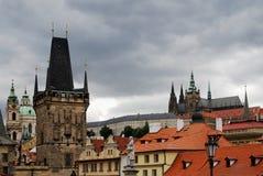 Castillo de Praga y tejados viejos de la ciudad, República Checa Foto de archivo