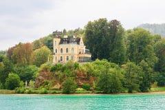 Castillo de Reifnitz en valor del lago en Carinthia, Austria Imagen de archivo