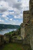 Castillo de Rheinfels cerca del pueblo de Sankt Goar en el río Rhine, midd fotos de archivo libres de regalías