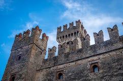 Castillo de Rocca Scaligera en la ciudad de Sirmione cerca del lago Garda en Italia fotos de archivo