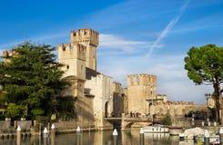 Castillo de Rocca Scaligera en Sirmione cerca del lago Garda fotos de archivo