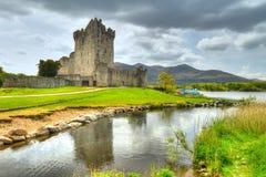 Castillo de Ross con la reflexión en Co. Kerry Foto de archivo