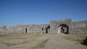 """Castillo de Rozafa, castillo cerca de la ciudad de Shkodà """"r en Albania Paredes, mezquita, ruinas y fortaleza metrajes"""