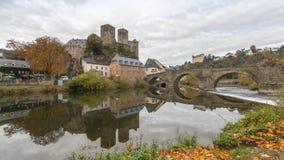 Castillo de Runkel y puente de piedra viejo en Runkel, Alemania almacen de video