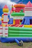 Castillo de salto, patio para los niños con las diapositivas Foto de archivo
