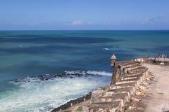 CASTILLO DE SAN FELIPE DEL MORRO, PORTO RICO, U.S.A. - 16 FEBBRAIO 2015: Gli ospiti alla fortezza ammirano l'Oceano Atlantico blu Fotografia Stock Libera da Diritti