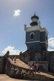 CASTILLO DE SAN FELIPE DEL MORRO, PUERTO RICO, DE V.S. - 16 FEBRUARI, 2015: Vuurtorentoren en steenhelling van vesting met toeris Stock Foto's