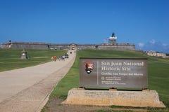 CASTILLO DE SAN FELIPE DEL MORRO, PUERTO RICO, USA - 16. FEBRUAR 2015: Vorderansicht mit Zeichen von San Juan National Historic S Stockfotos