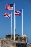 CASTILLO DE SAN FELIPE DEL MORRO, PUERTO RICO, USA - FEBRUARI 16, 2015: Tre flaggor av Förenta staterna, Puerto Rico och kors av  Arkivfoto